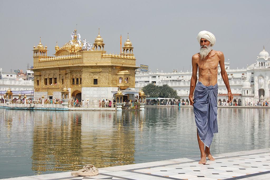 Pelerin sikh la Templul de Aur din Amritsar. Autor foto Paulrudd. Sursa Wikipedia.