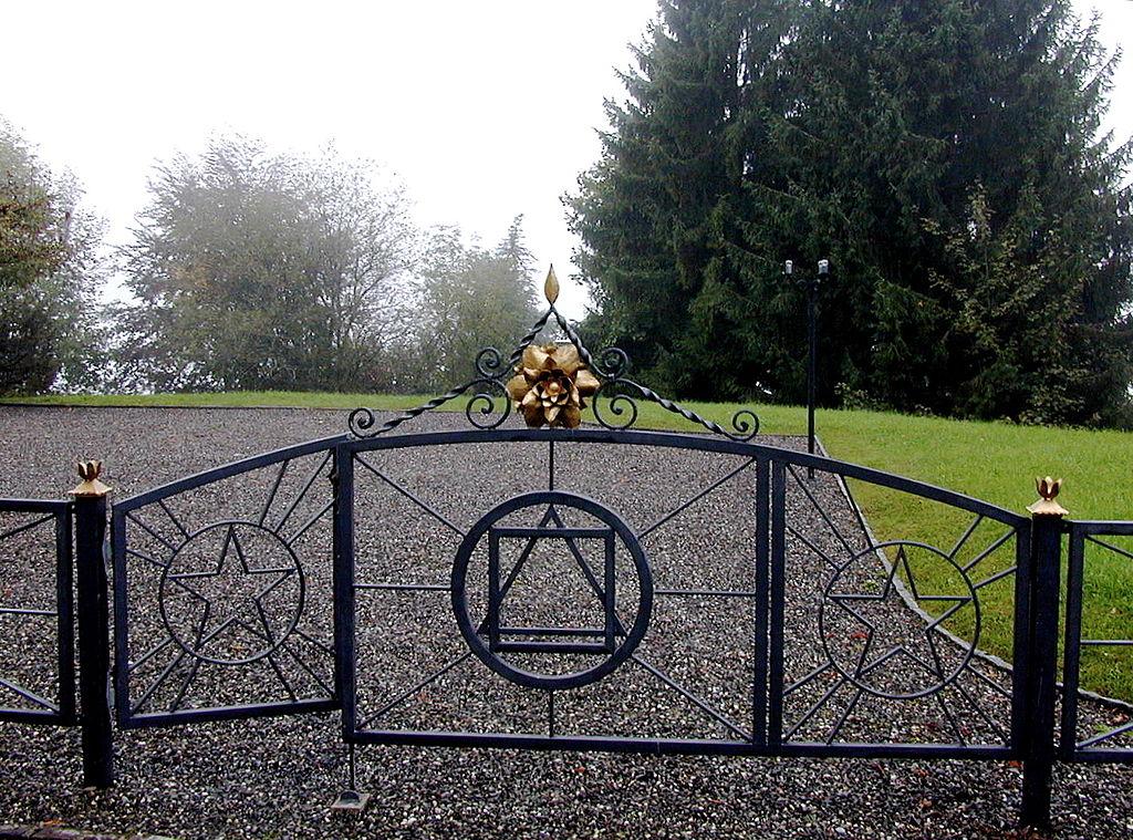 Poarta de la intrarea într-un centru al ordinului rosicrucian din Caux, Elveţia. Foto de Korrigan, sursă Wikipedia.