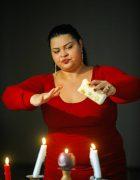 Vrăjitoarea Grațiela Costache care vizionează chiar de la mii de kilometri distanță